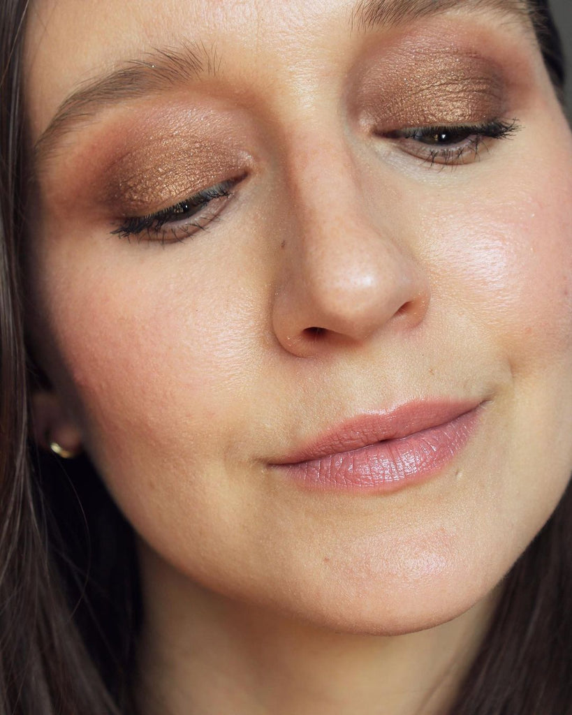 Makeup selfie. Focus is on the eyes, the girl is wearing copper bronze eyeshadow. The product used is by ILIA Beauty, their Eye Tint in the color Sheen. This is a cream to powder liquid eyeshadow with a metallic finish.