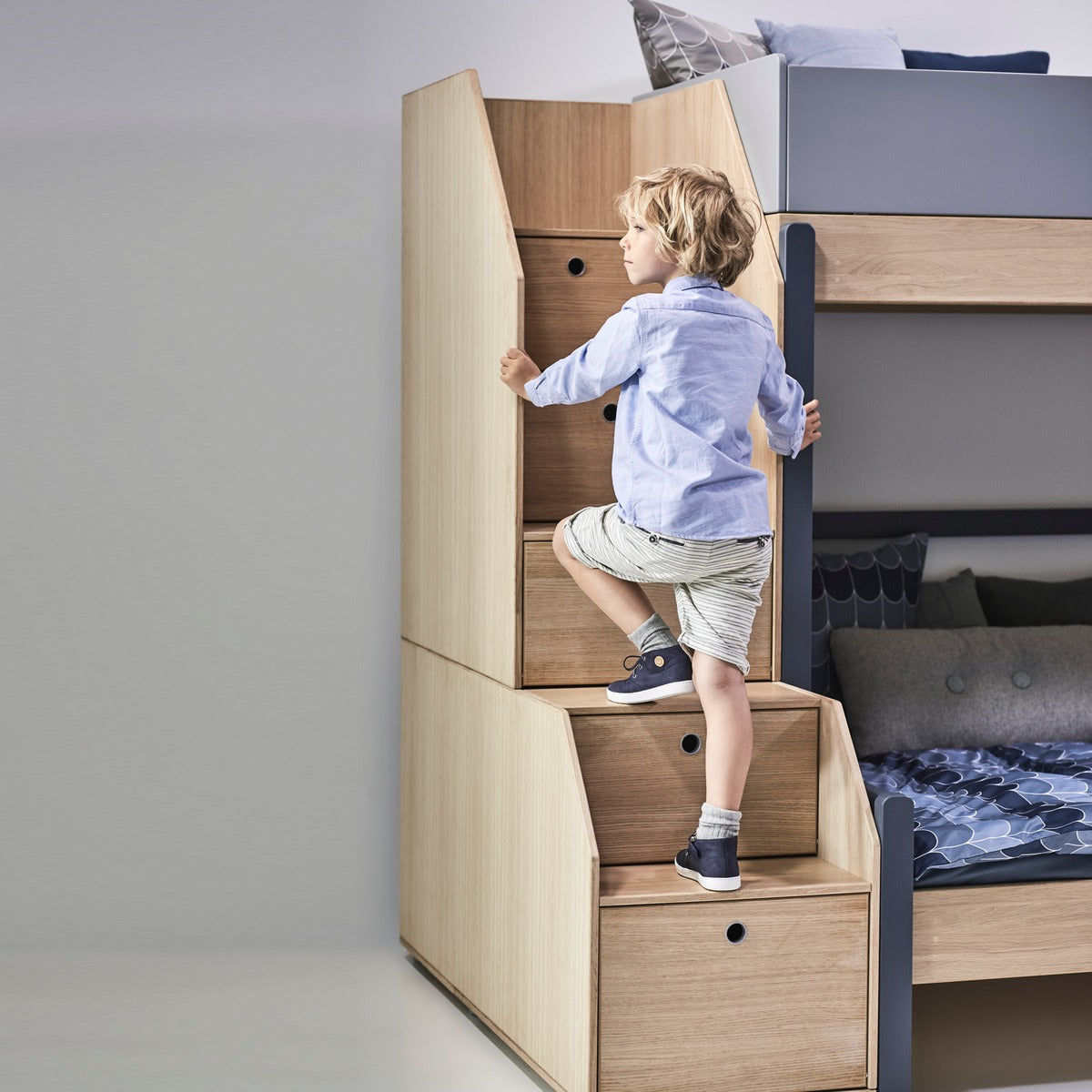 flexa etagenbett popsicle mit treppe blau ab 4 jahre t v gepr ft kidswoodlove. Black Bedroom Furniture Sets. Home Design Ideas