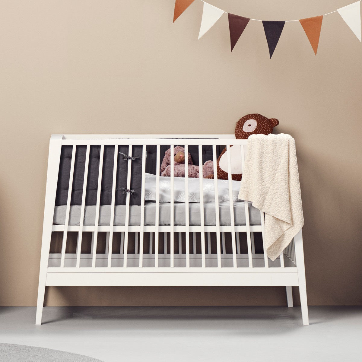 leander linea babybett aus holz in weiss online kaufen kidswoodlove. Black Bedroom Furniture Sets. Home Design Ideas