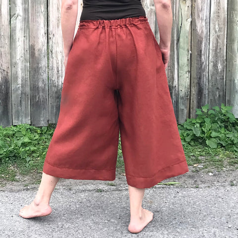 There is a short length of elastic inserted at the top of the backrise. This elastic, paired with the drawstring closure provides the pants with more stability than just simple drawstring closure. It also allows you to do up the culottes once, and then pull them off again without undoing the drawstring.