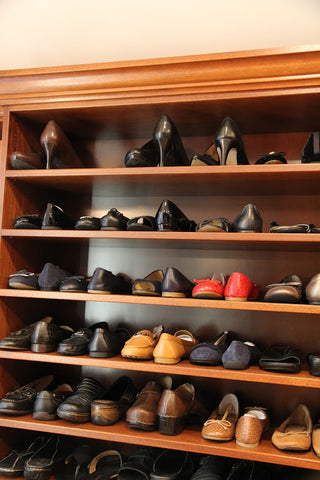shoe shelves with shoes staggered toe in / toe out