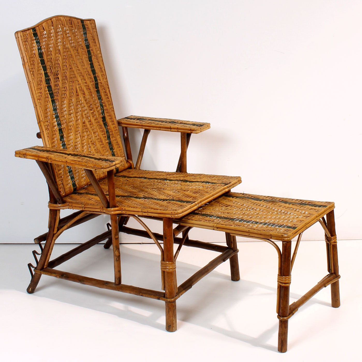 vintage french rattan chaise lounge with footrest fatto a mano antiques. Black Bedroom Furniture Sets. Home Design Ideas