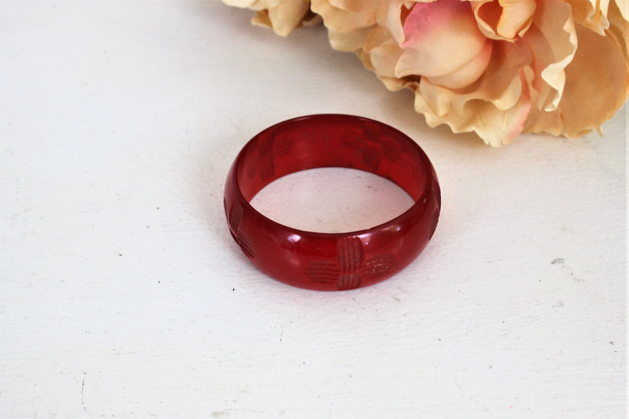 Vintage 1930s 1940s Bakelite Cherry Red Carved Bangle Bracelet