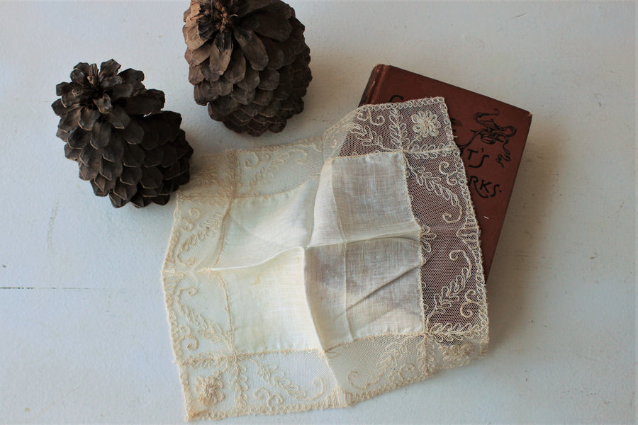 Vintage 1930s Ivory Cotton and Lace Handkerchief