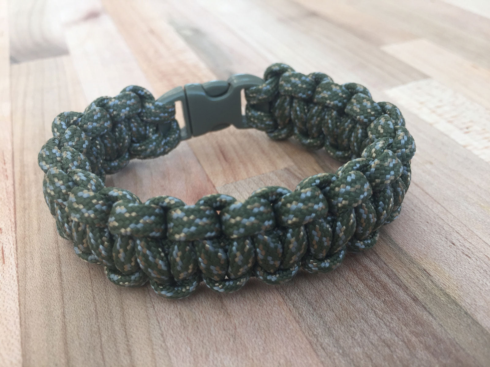 How to Make a Paracord Wilderness Survival BraceletCloudLine