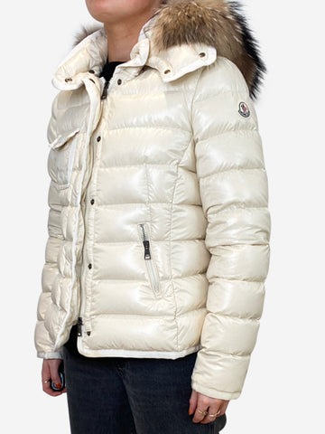 Cream short puffer with fur hood - size S