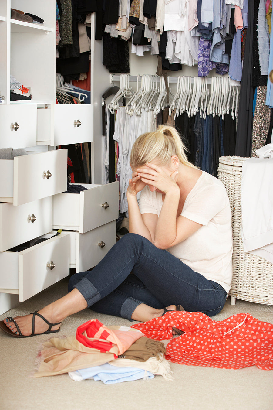WHERE ARE MY BLUE STILETTOS?  TIPS TO ORGANIZE YOUR CLOSET