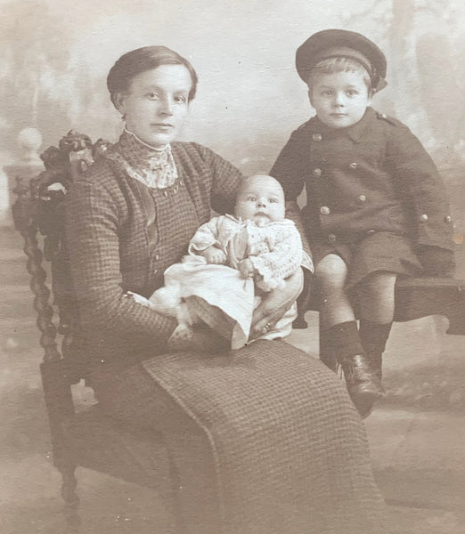 2  photos from 1911 and 1914 of a mother and her children. (40)