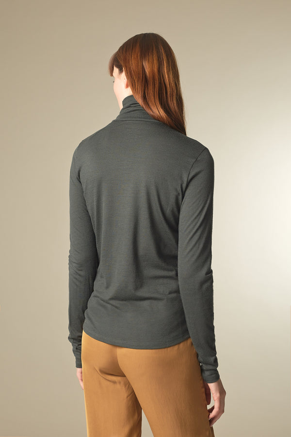 DELIGHT Rollkragenshirt in Merino Dark Moss Passform relaxed hintere Ansicht