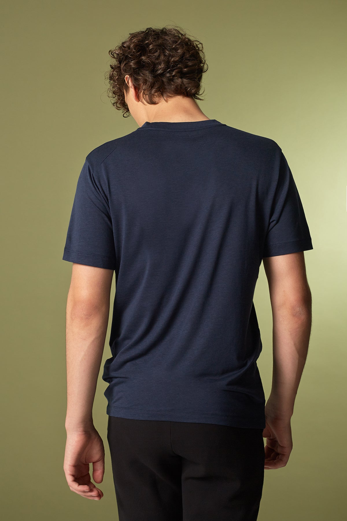 VEE T-Shirt in Tencel navy Passform slimfit hintere Ansicht