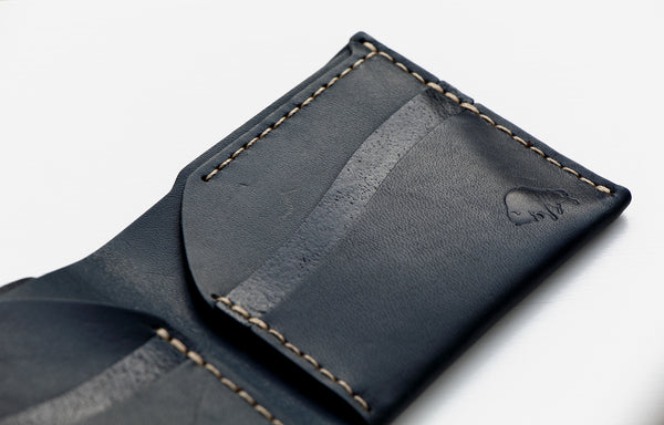 "Läderplånbok ""No. 6"" - Navy (marinblå) från Ezra Arthur (f. d. Bison Made), Sawyer Street Goods Co."