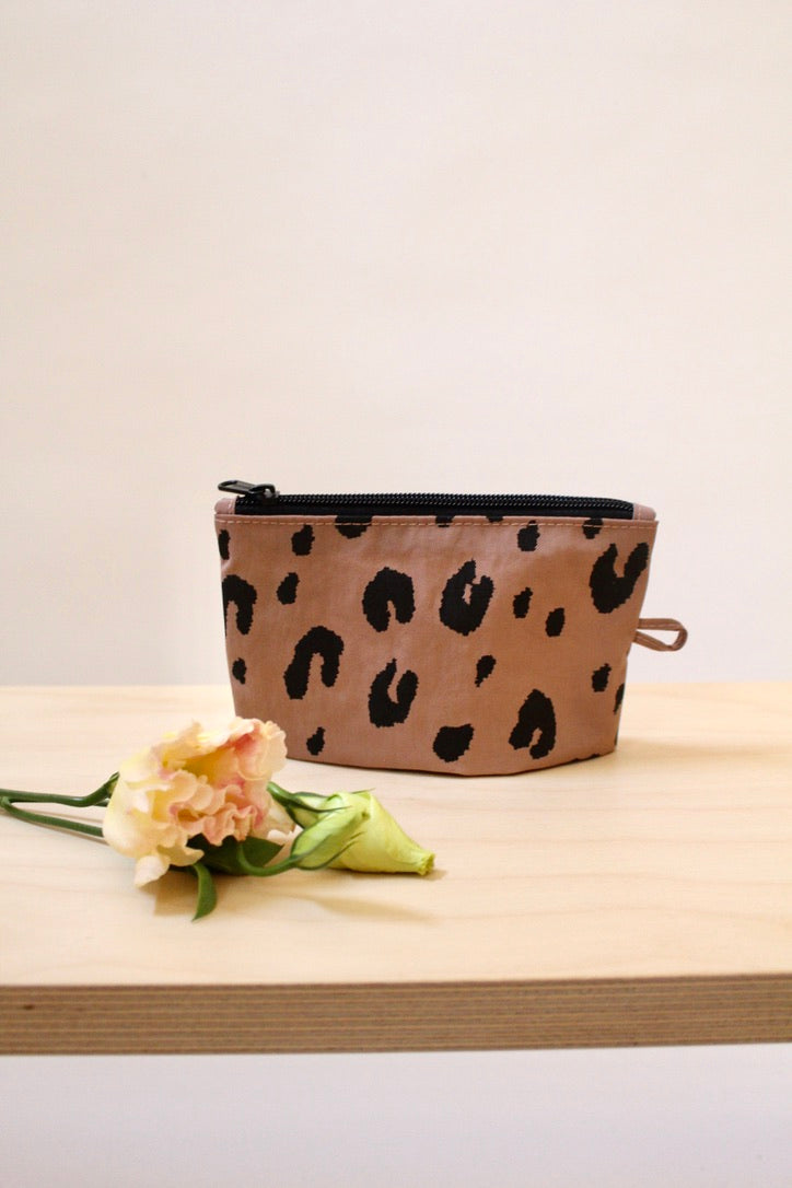 BAGGU :: Go Pouch Small, Dusty Taupe Leopard