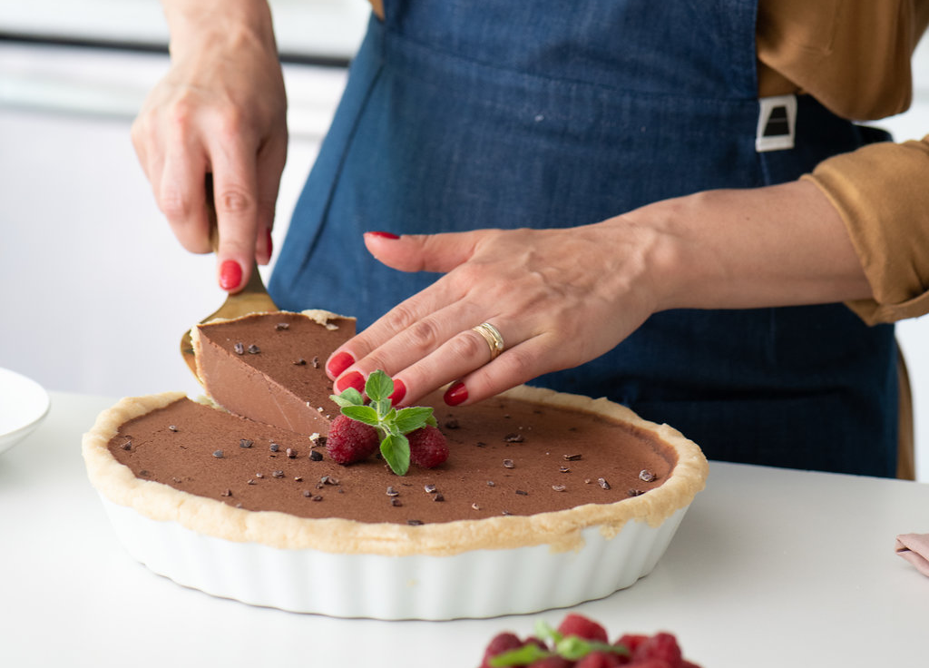 no-bake-chocolate-keto-paleo-pie-apronera-apron