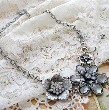 Retro Rhinestone Crystal Petal Silver Flower Necklace - E-Modesta