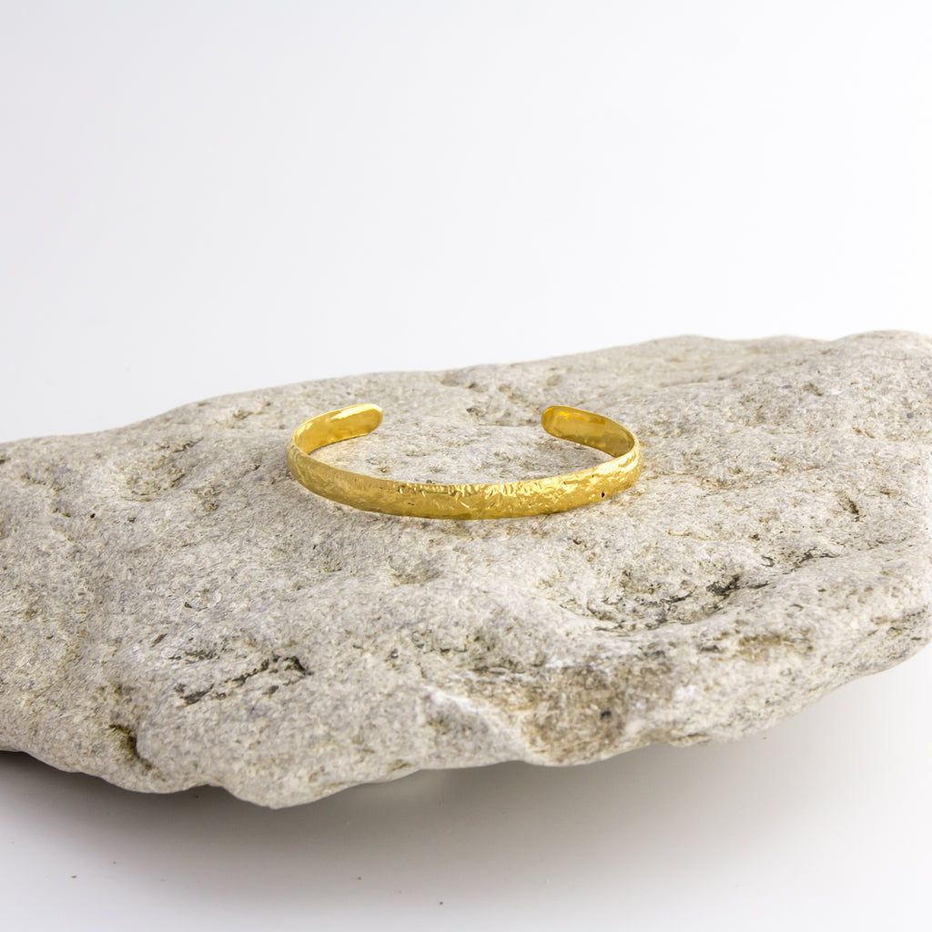 Textured 18ct Fairtrade yellow gold simple bangle