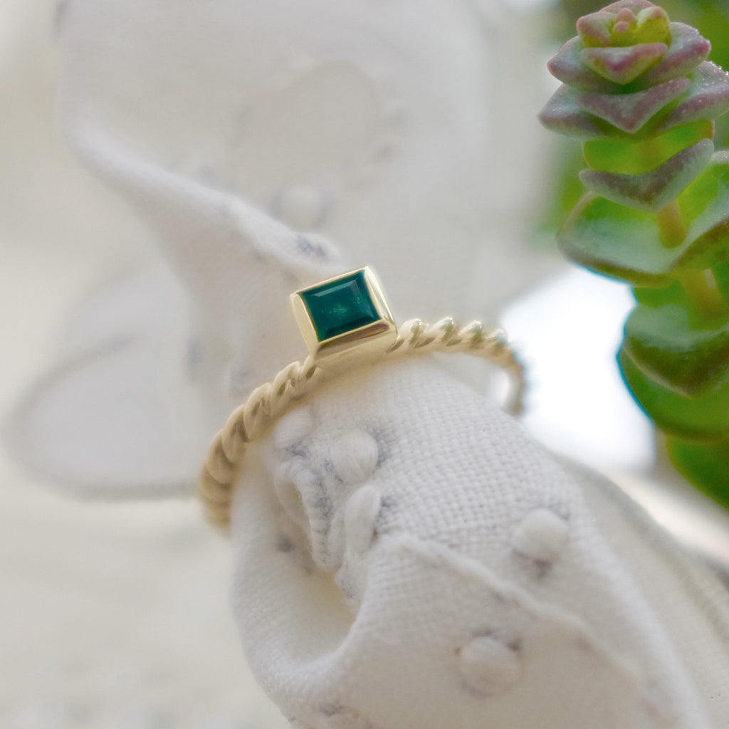 9ct yellow gold twist ring with emerald