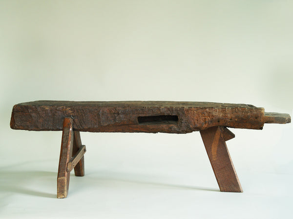 Banc de berger en bois sculpté, France (vers 1950)..shepherd's natural wood bench, France (circa 1950)