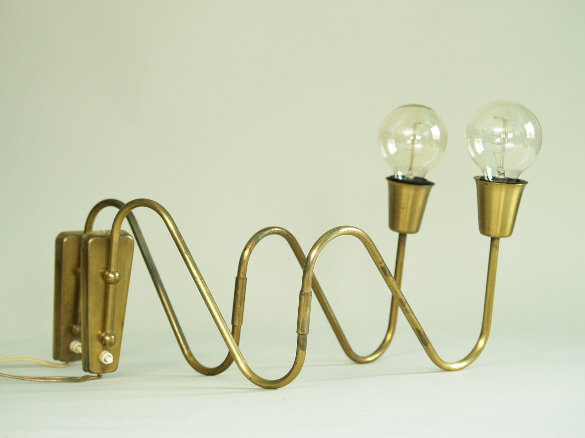 Paire d'appliques / potences de Bent Karlby pour Lyfa, Danemark (vers 1950)..Pair of swing arm wall light by Bent Karlby for Lyfa, Denmark (circa 1950)