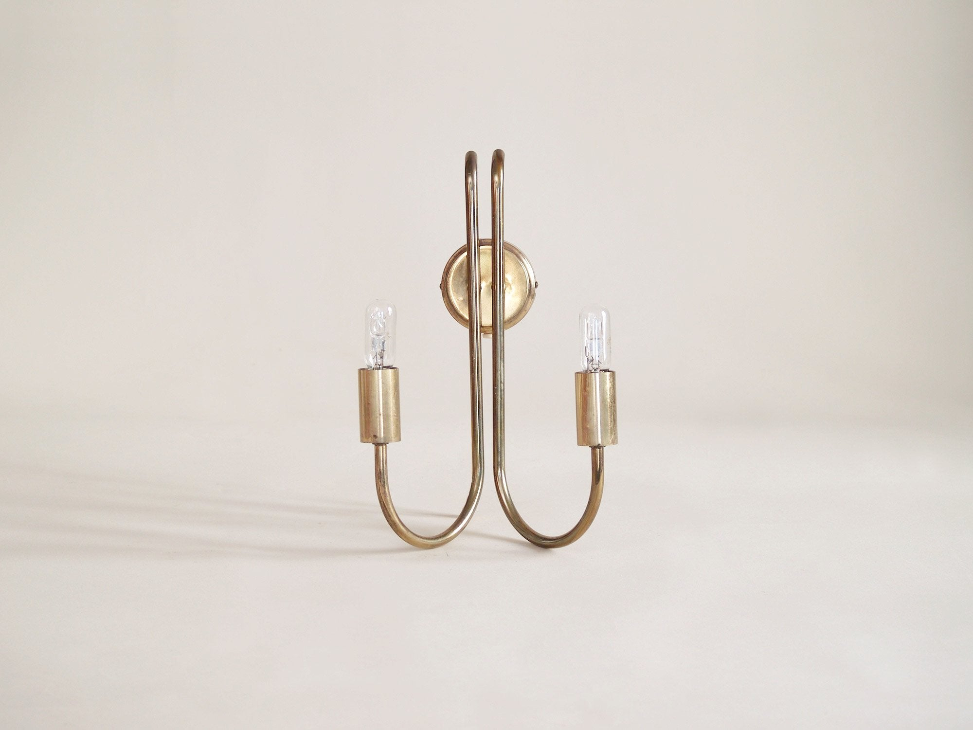 Paire d'appliques néoclassiques doubles en laiton, Danemark (vers 1950)..Pair of neoclassical brass wall light, Denmark (circa 1950)