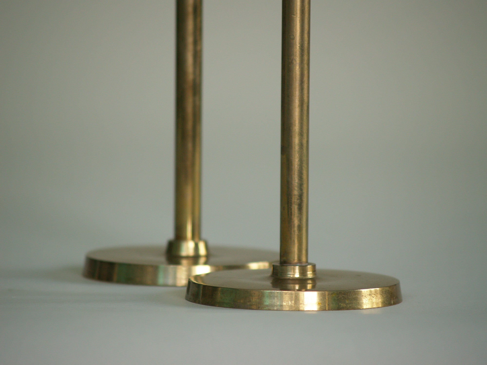 Paire de flambeaux Néoclassiques, Finlande (vers 1950)..Pair of  Neoclassical Candle holders, Finland (circa 1950)