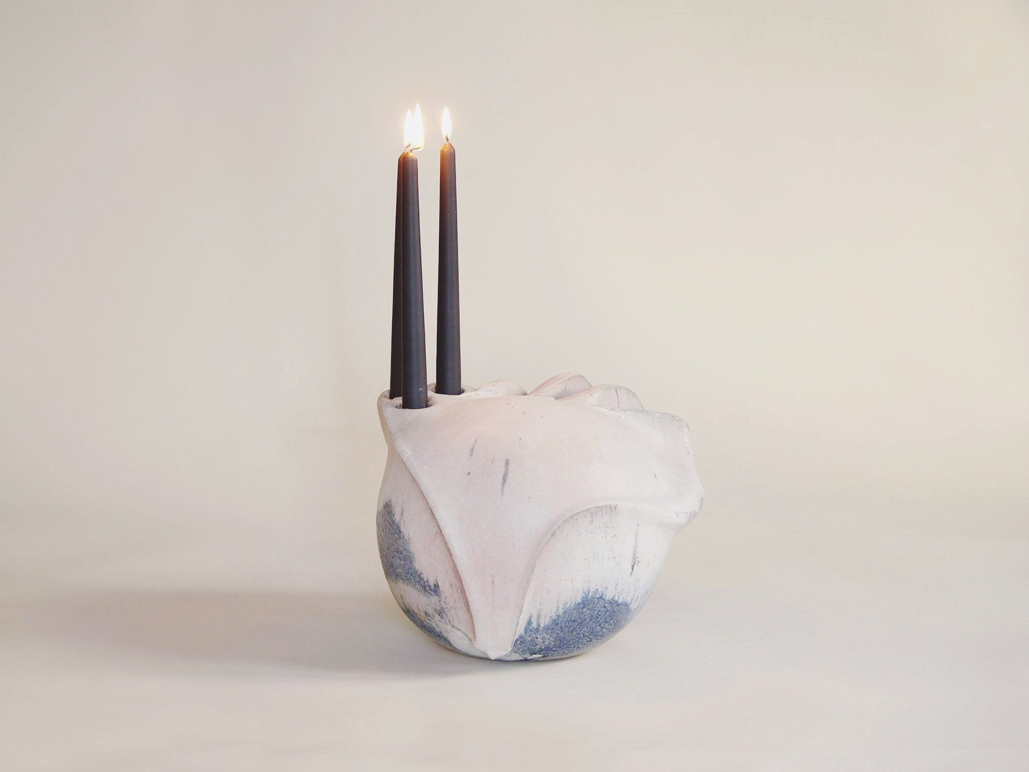 Sculpture / candélabre biomorphique en grès, Suisse (années 1970)..Sculptural stoneware candle holder, Switzerland (Circa 1960)