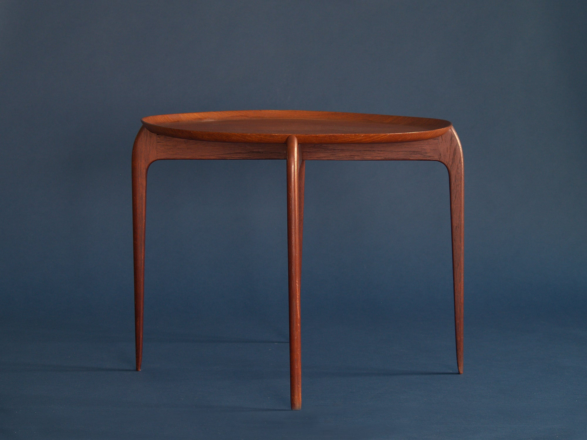 Table basse / Guéridon de Willumsen & Engholm pour Fritz Hansen, Danemark (années 1950)..Occasional coffee table by Willumsen & Engholm for Fritz Hansen, Denmark (circa 1950)