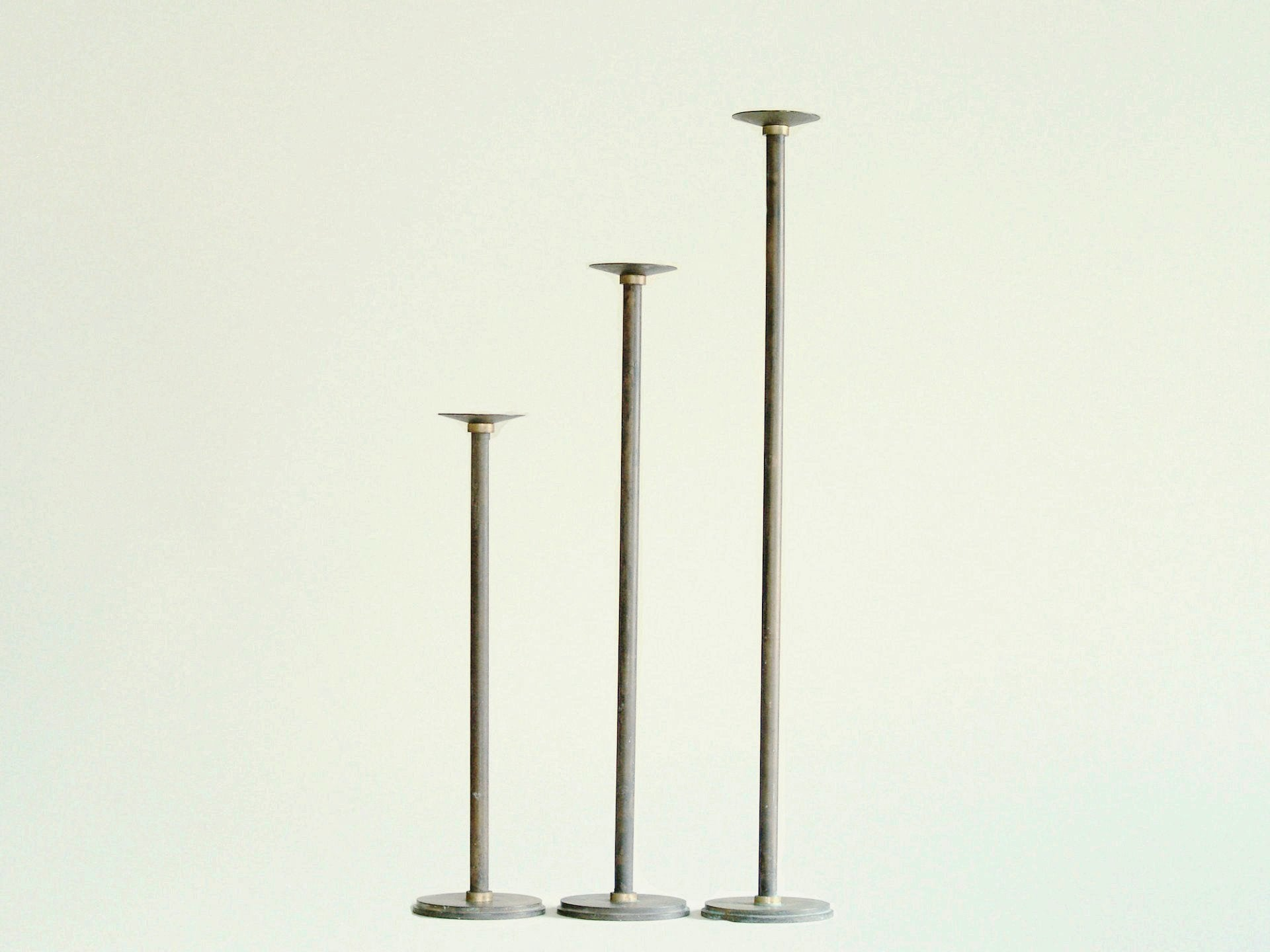 Suite de flambeaux néoclassiques monumentaux, Scandinavie (vers 1920)..Set of monumental neoclassical candle holders, Scandinavia (ca. 1920)
