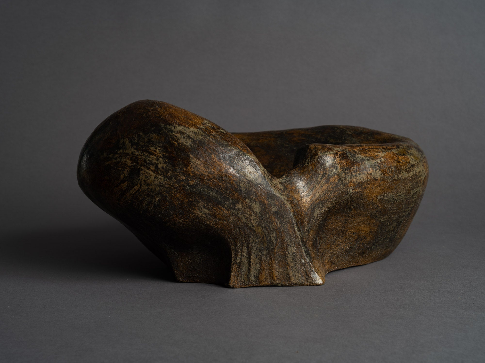Grande coupe biomorphique en grès de Janine Boyer, France (1959)..Rare large freeform bowl by Janine Boyer, France (1959)