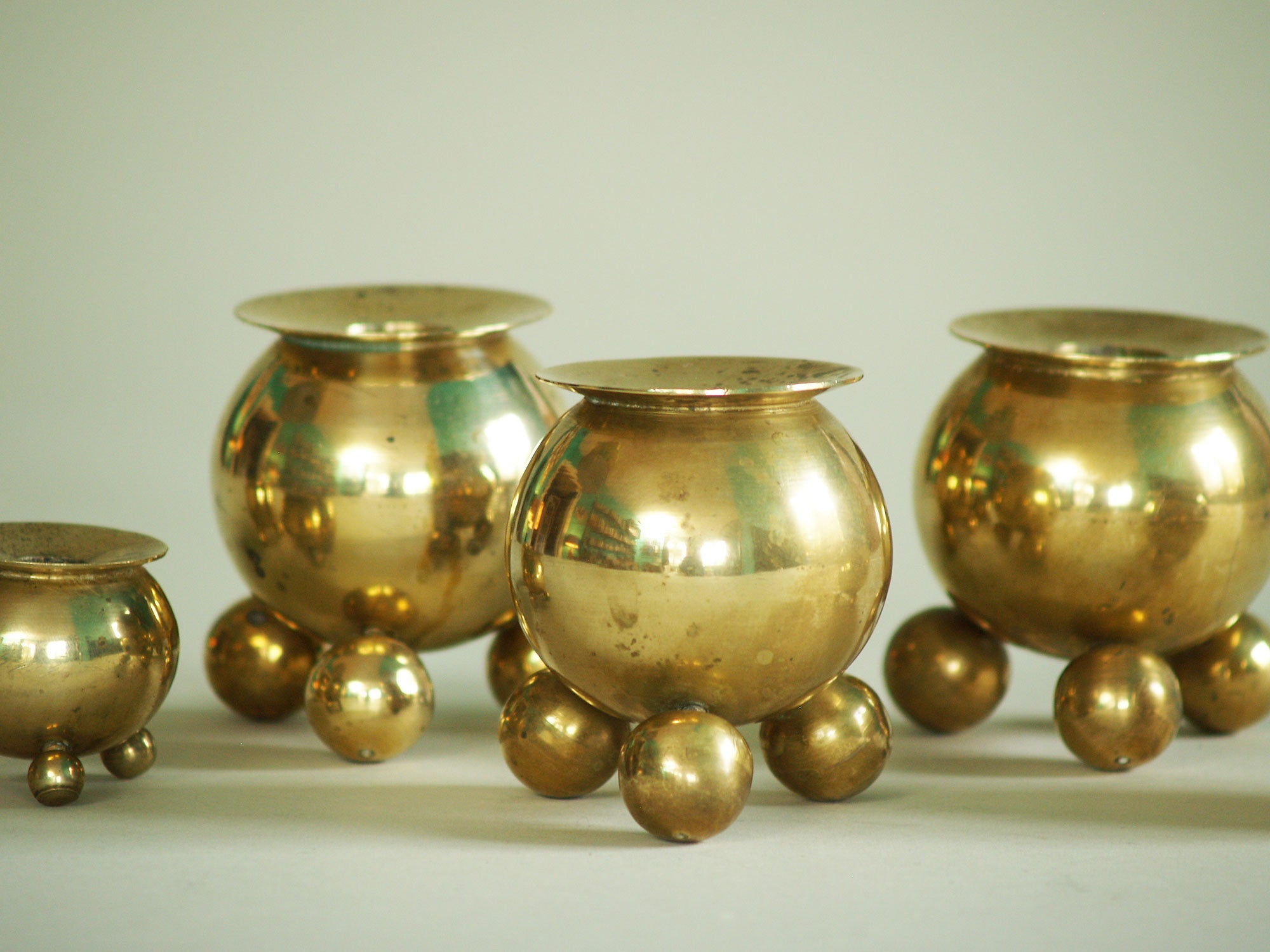 Suite de six bougeoirs par Gusum Bruk, Suède (vers 1900)..Set of six candle holders by Gusum Bruk, Sweden (circa 1900)