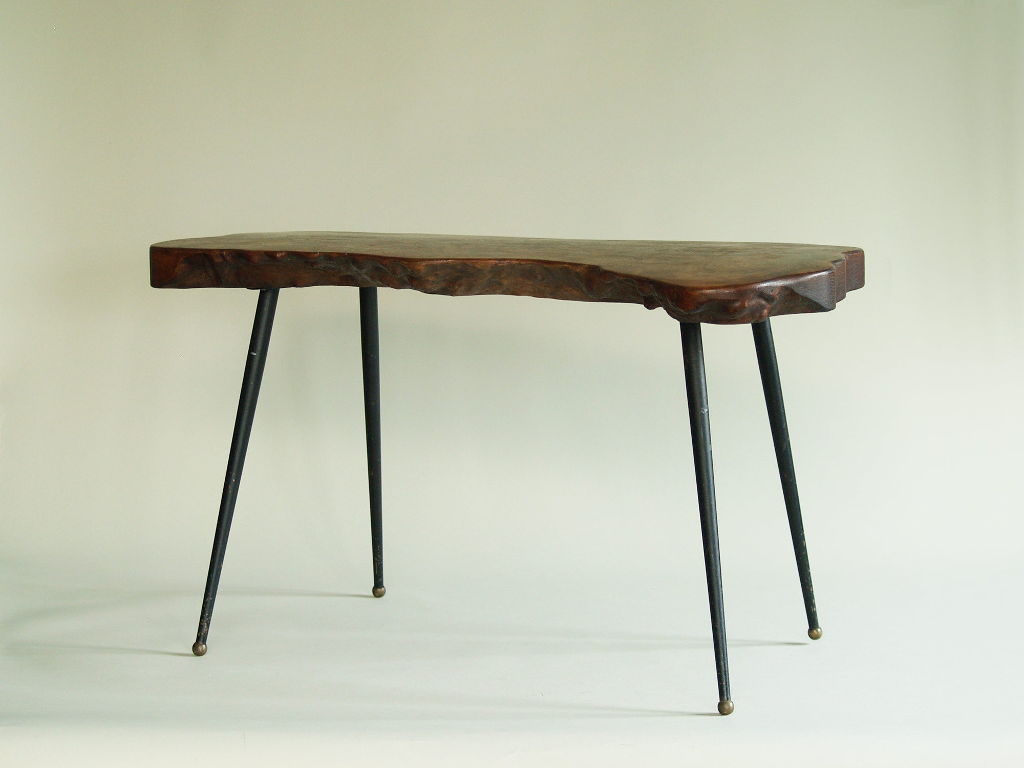 Table basse de forme libre en orme massif, France (années 1960)..Natural wood coffee table, France (circa 1960)
