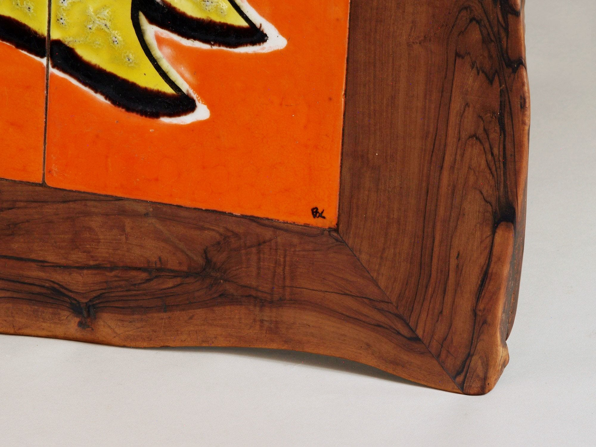 Guéridon primitiviste en bois sculpté et céramique par Pol, France (vers 1960)..Primitivist occasionnal coffee table by Pol, France (circa 1960)