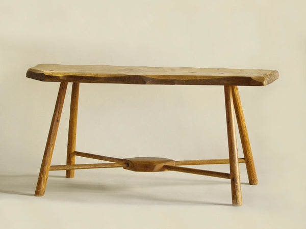 Table d'appoint ou banc wabi sabi en bois sculpté, Europe du Nord (vers 1950)..shepherd's wabi sabi natural wood bench or table, Northern Europe (circa 1950)
