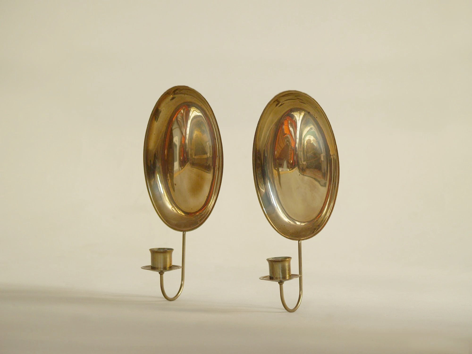 Paire de miroirs d'applique gustavien en laiton, Suède (vers 1900)..Pair of gustavian folk brass wall hanging candle holders, Sweden (circa 1900)
