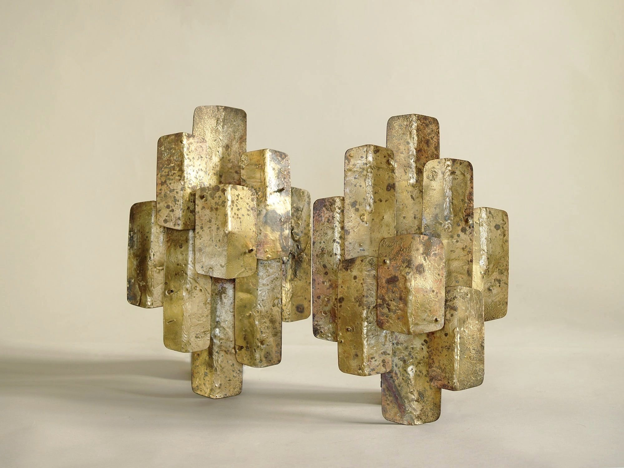 Paire d'appliques murales brutalistes d'Auguste Fix, France (vers 1958)..Pair of brutalist brass wall sconces by Auguste Fix (circa 1958)