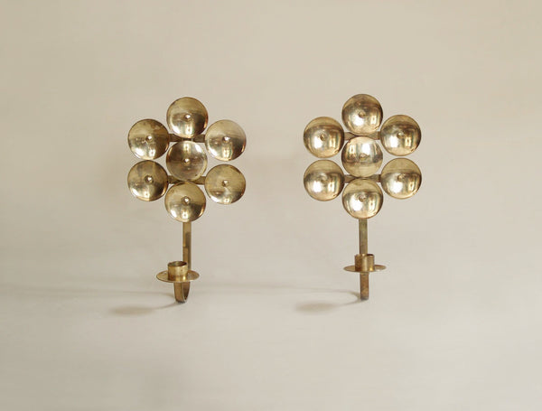 Paire de miroirs d'applique en laiton par Kee Mora, Suède (vers 1950)..Pair of folk brass wall hanging candle holders by Kee Mora, Sweden (circa 1950)