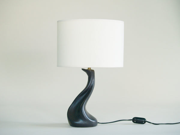 Lampe de table de forme libre noire, France (vers 1950)..Free form biomorphic table lamp, France (circa 1950)