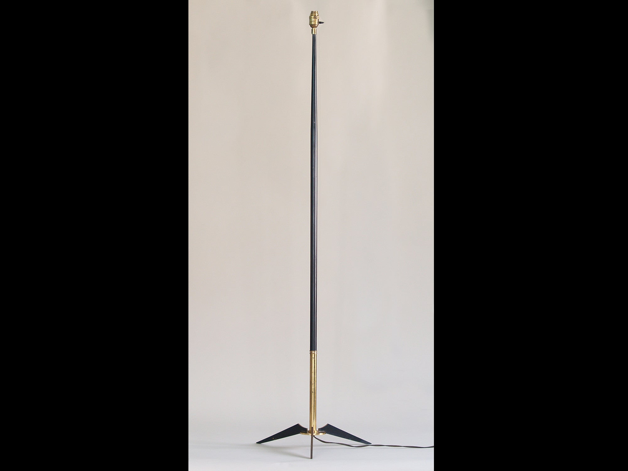 Lampadaire moderniste par Maison Lunel, France (vers 1953)..Modernist floor lamp by Maison Lunel, France (circa 1953)