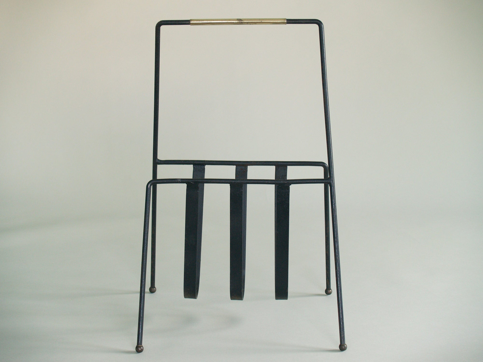 Porte-revue moderniste, France (années 1950)..Modernist Magazine rack, France (circa 1950)
