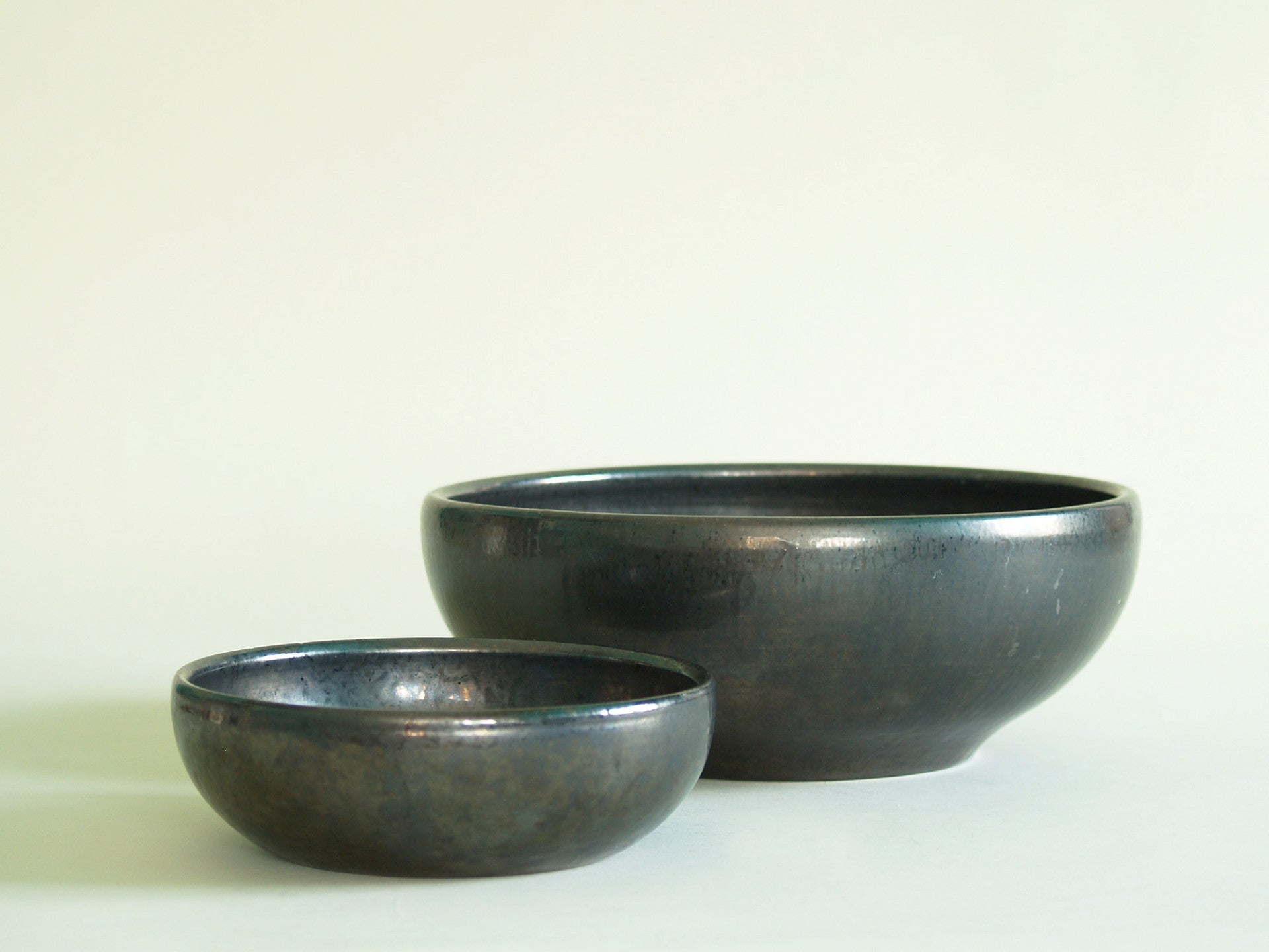 Grande coupe noire de Robert Picault, France (vers 1948)..Large black Bowl by Robert Picault, France (circa 1948)