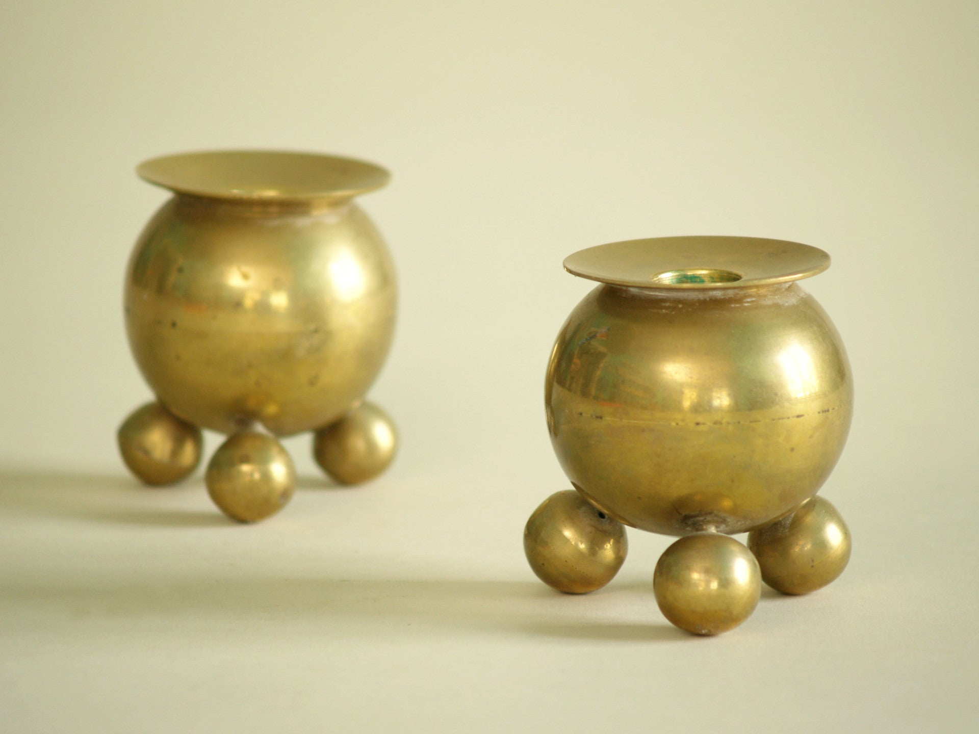 Paire de bougeoirs par Gusum Bruk, Suède (vers 1900)..Pair of candle holders by Gusum Bruk, Sweden (circa 1900)