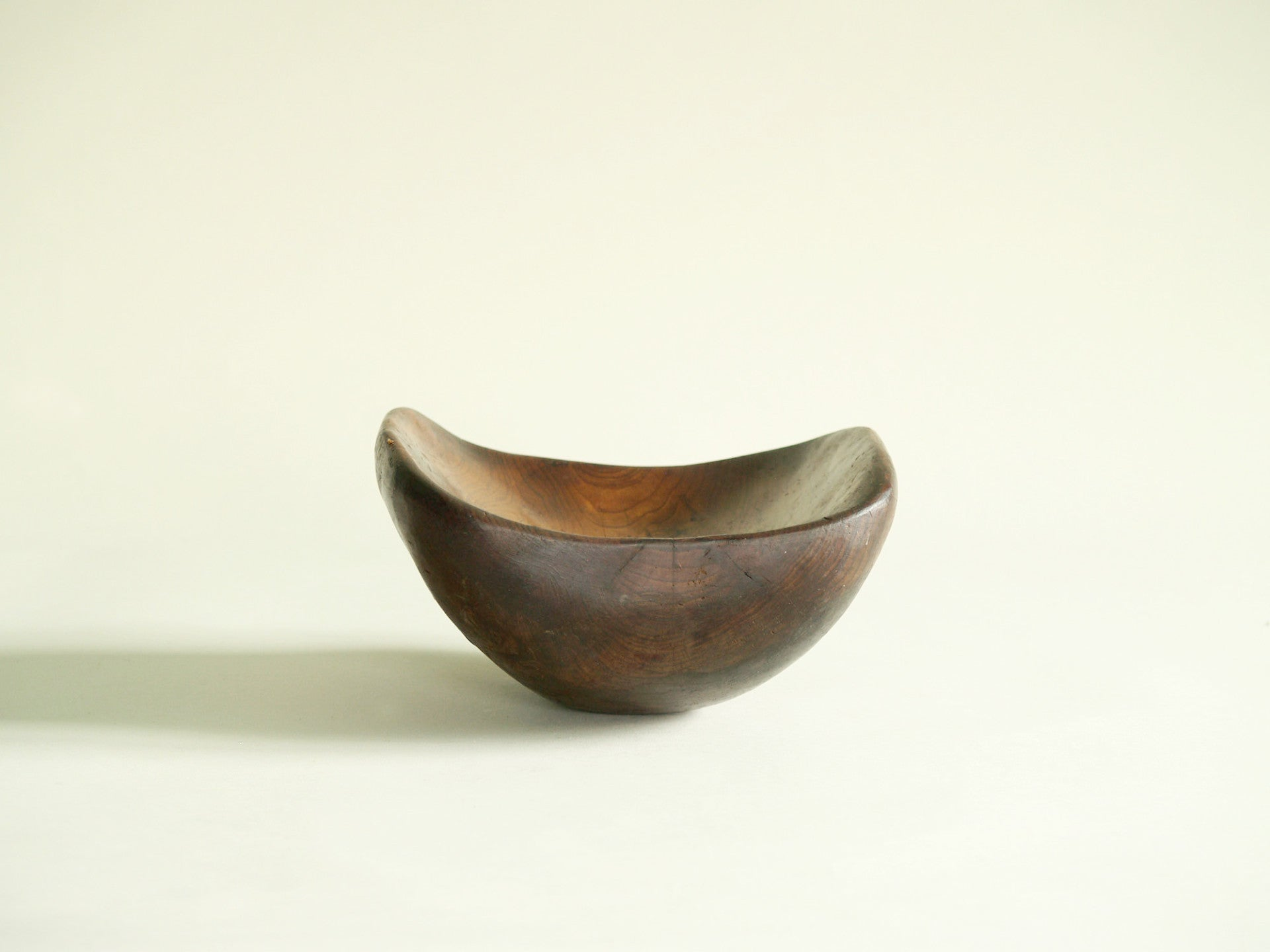 Coupe monoxyle culbuto en orme, France (vers 1950)..Large carved elm wood culbuto Bowl, France (circa 1950)