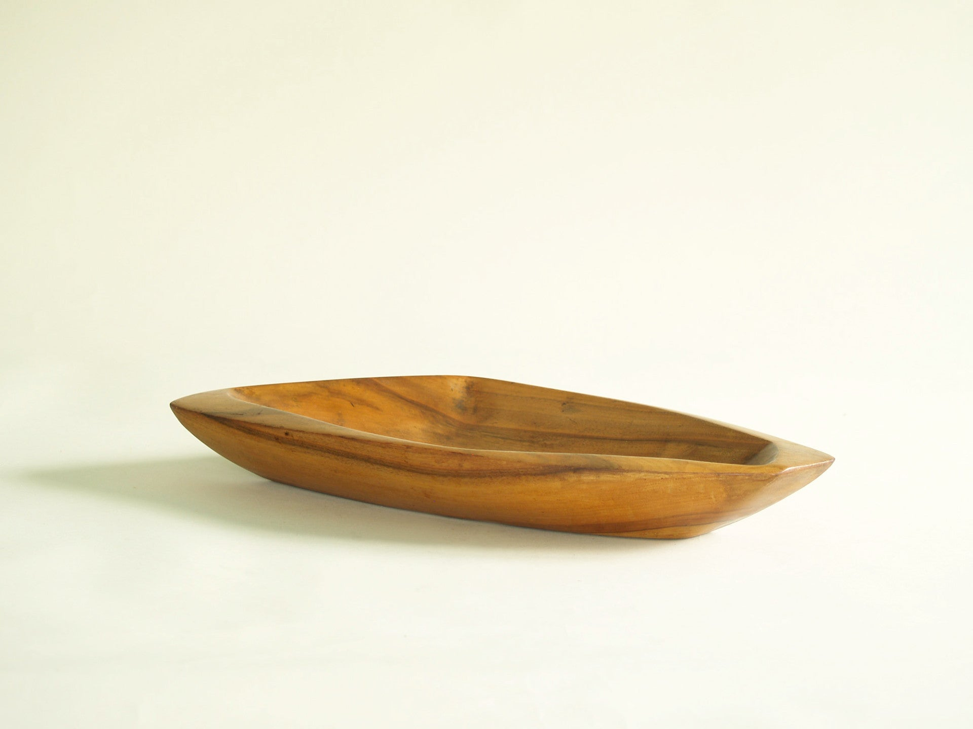 Rare coupe monoxyle de forme libre en sycomore, France (vers 1955)..Rare sycamore freeform carved bowl, France (circa 1955)