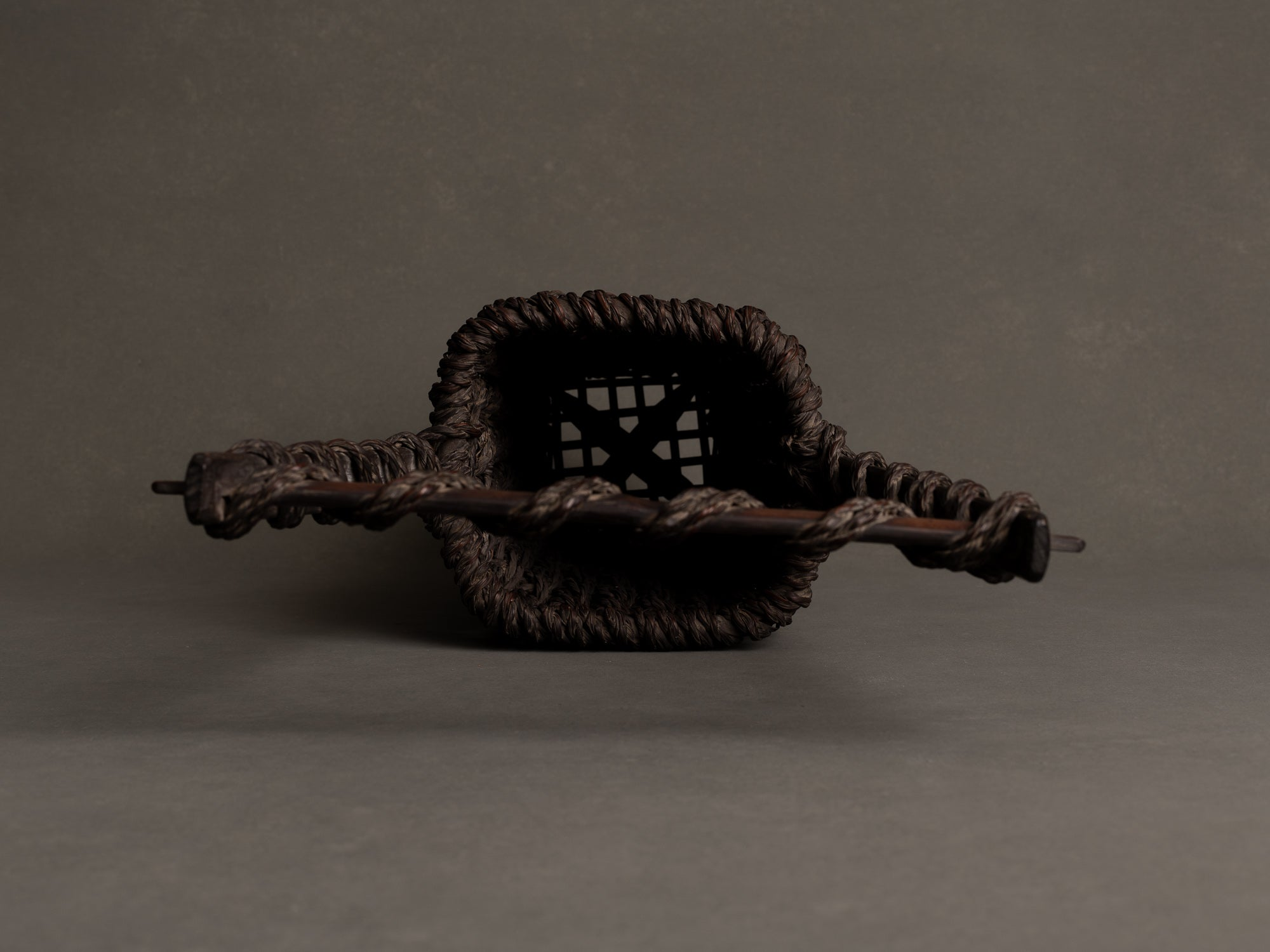 Hanakago, haut panier carquois tressage de bambou cordé pour l'ikebana, Japon (Fin ère Meiji / début ère Shōwa)..Hanakago, high woven bamboo basket  for ikebana, Japan (Meiji era / early Shōwa era)