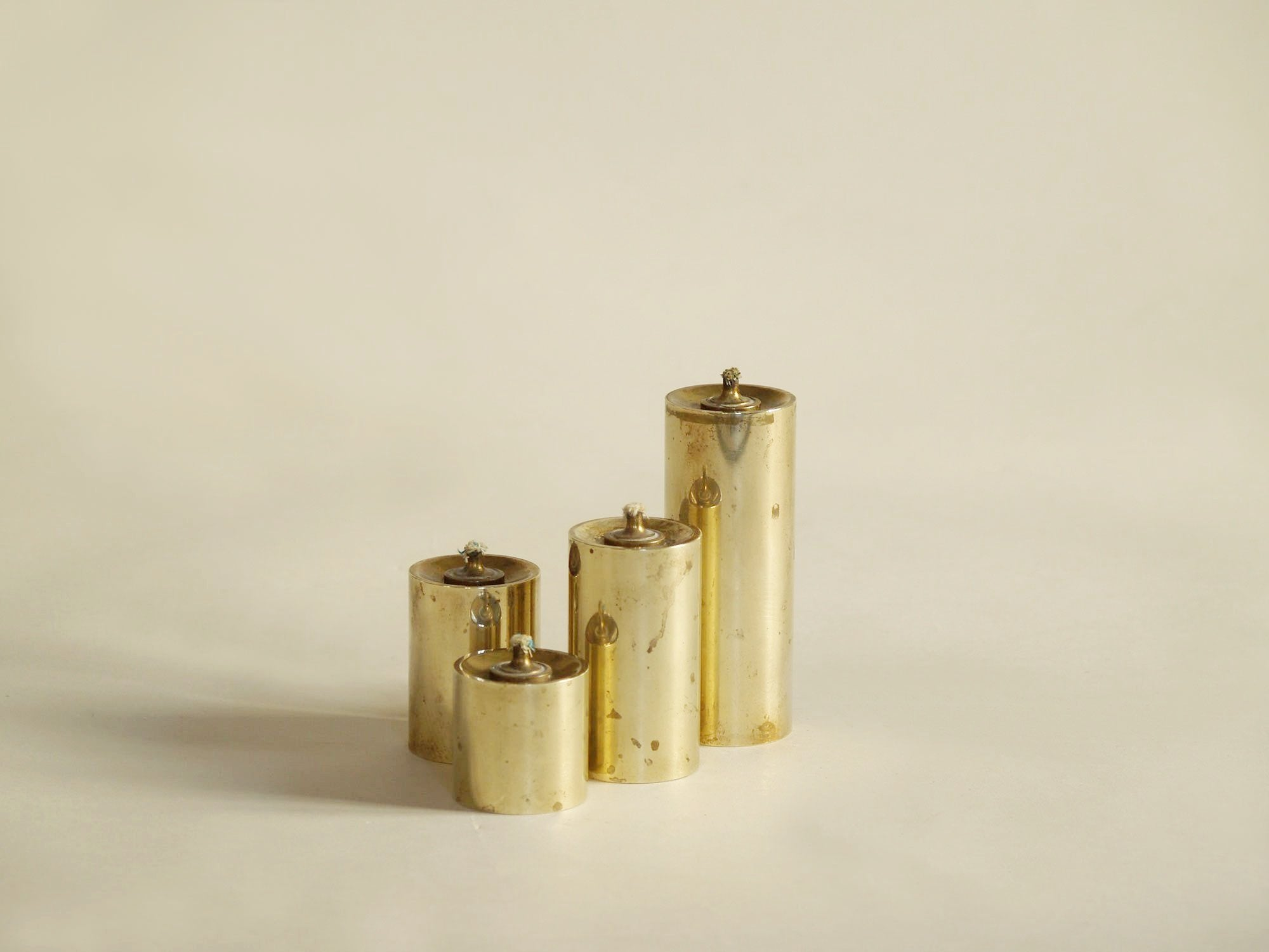 Série de quatre flambeaux modernistes à huile, Danemark (vers 1955)..Set of 4 modernist Candle holders, Denmark (circa 1955)