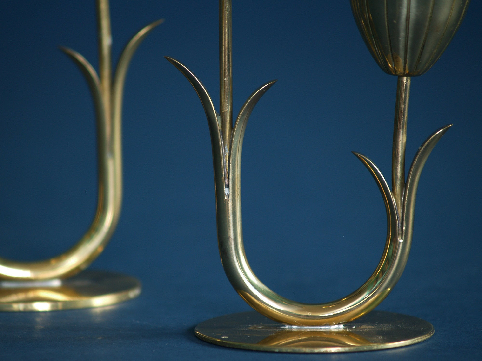 Paire de flambeaux de Gunnar Ander & Ystad Metall, Suède (années 1940)..Pair of candle holders by Gunnar Ander & Ystad Metall, Sweden (Circa 1940)