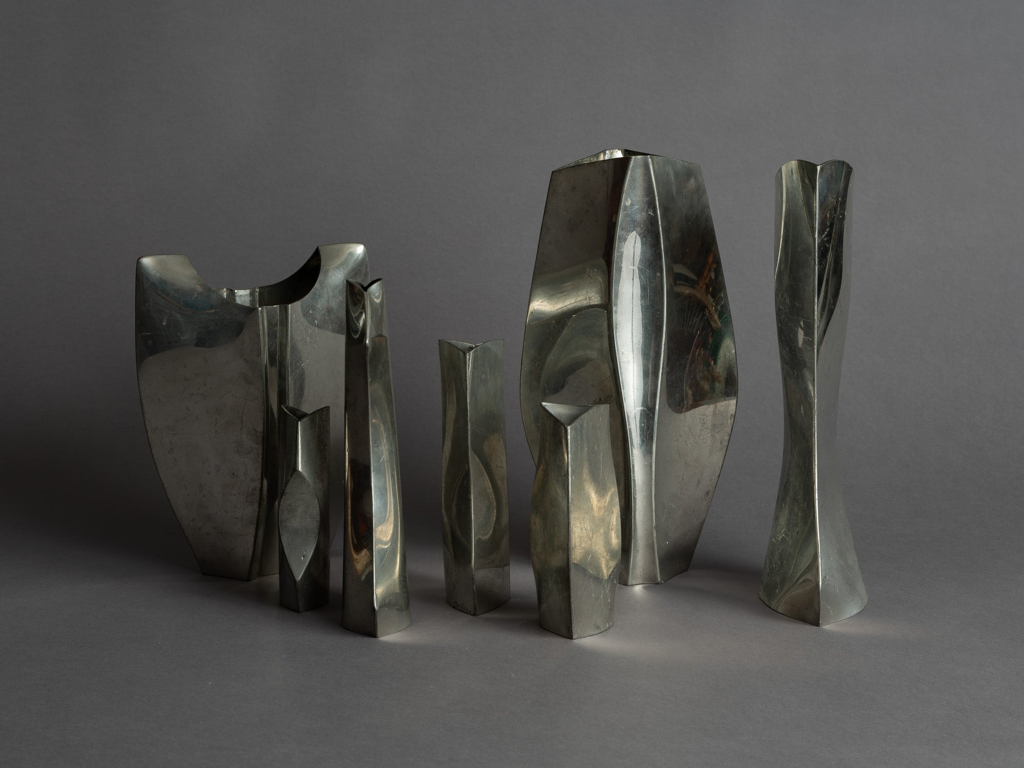Rare ensemble de vases en étain de forme libre, France (vers 1965)..Rare Set of freeform pewter vases, France (circa 1965)