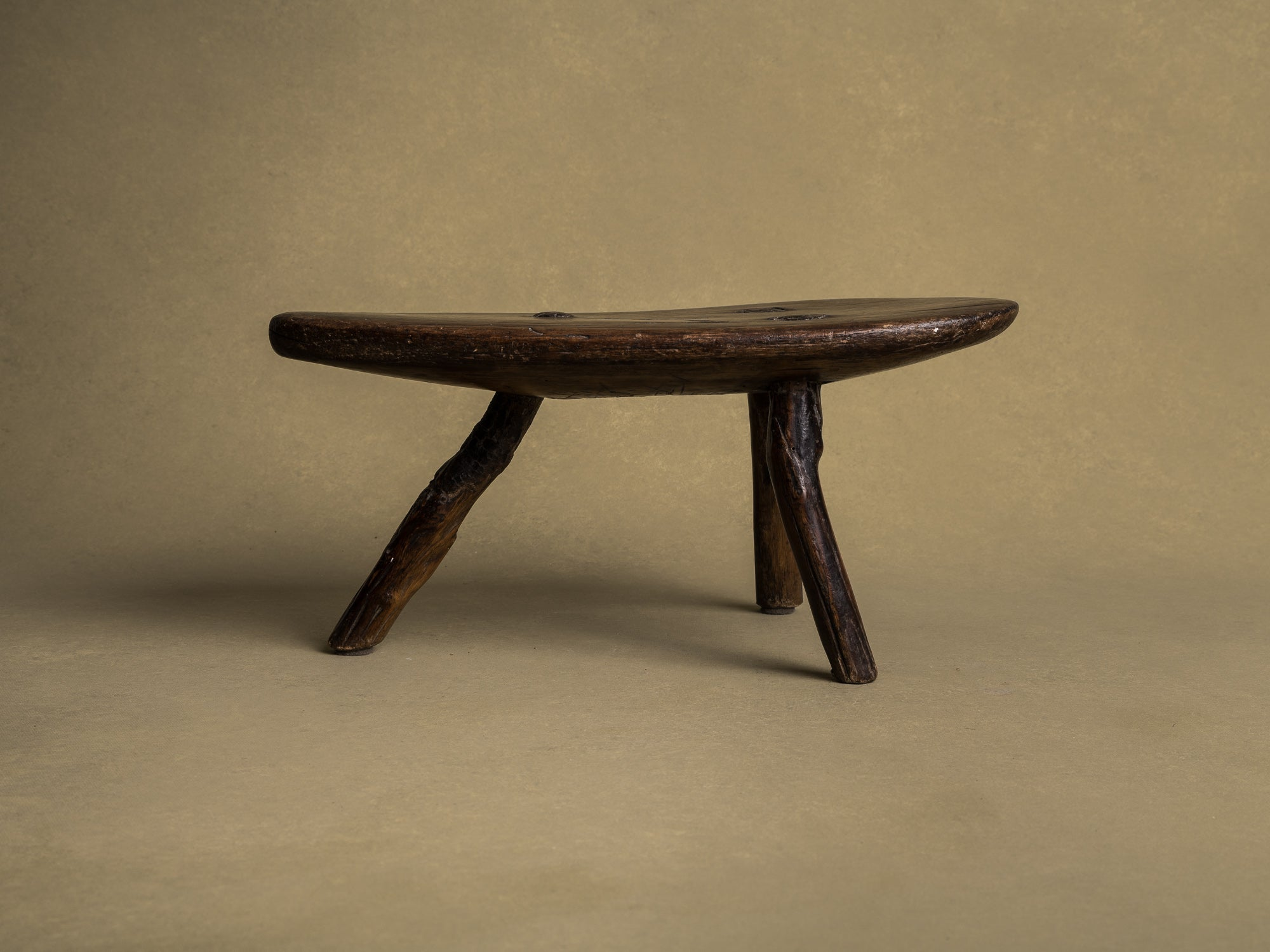 Tabouret de traite, art paysan auvergnat, France (XIXe siècle)..Milking stool, Auvergne peasant art, France (19th century)