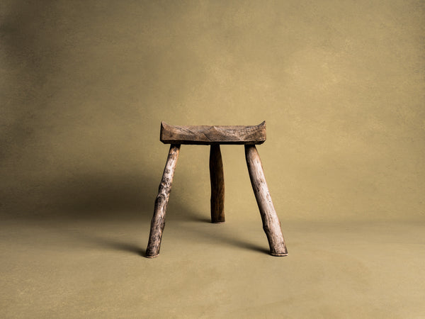 Grand tabouret de traite tripode, art paysan basque, France (XIXe siècle)..Large Milking stool, Pyrénées mountains basque peasant art, France (19th century)