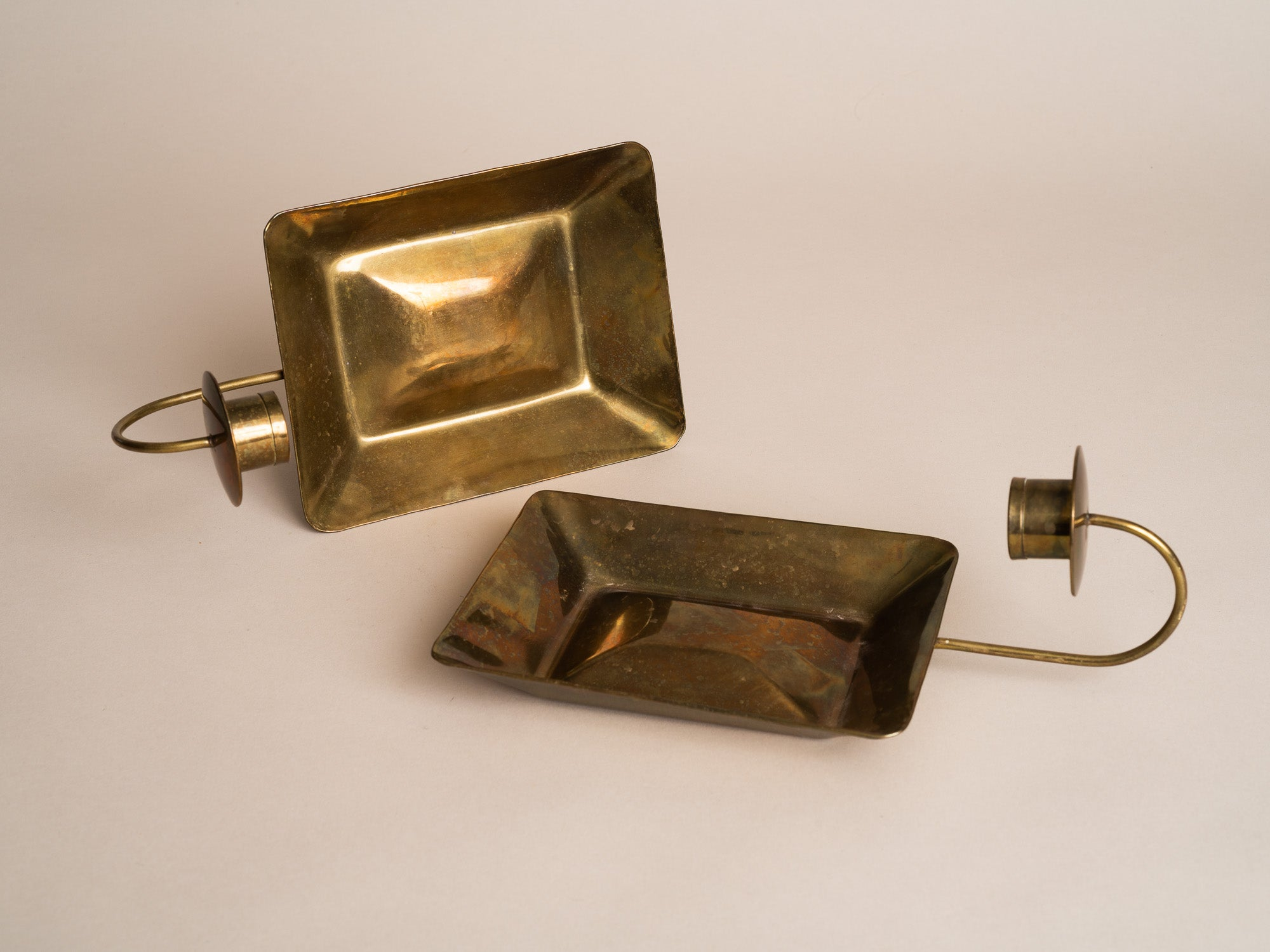 Paire de miroirs d'applique gustaviens en laiton, Suède (vers 1900)..Pair of gustavian folk brass wall hanging candle holders, Sweden (circa 1900)