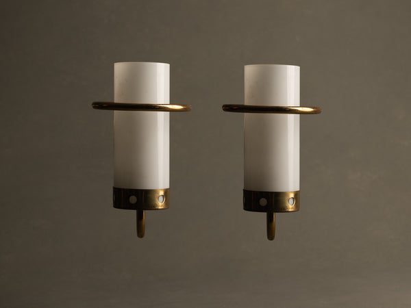 Paire d'appliques modernistes en opaline et laiton perforé, France (vers 1955-60)..Pair of modernist brass and glass wall lights sconces, France (circa 1955-60)